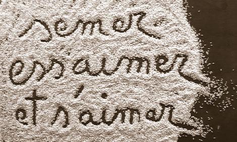 """""""semer essaimer et s'aimer"""" une phrase écrite dans le riz de Camargues étalé sur la table"""